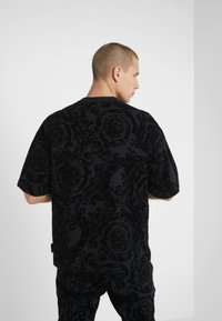 Versace Jeans Couture - BAROQUE  - Printtipaita - black - 2