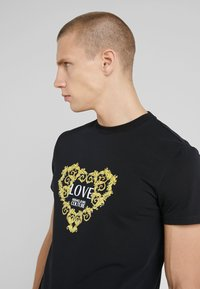 Versace Jeans Couture - LOVE - T-shirts med print - black