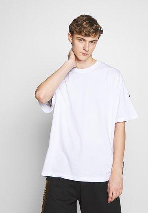 FIT BACK LOGO - T-shirts med print - white