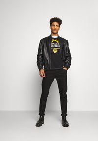 Versace Jeans Couture - LOGO SLIM - T-shirt con stampa - black - 1