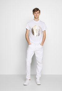 Versace Jeans Couture - WITHOUT THE BE BAROQUE PATCH - T-shirt imprimé - white - 1
