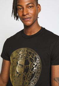 Versace Jeans Couture - WITHOUT THE BE BAROQUE PATCH - T-shirt imprimé - black - 3