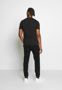 Versace Jeans Couture - LOGO SLIM - T-shirt con stampa - black - 2