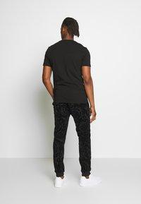 Versace Jeans Couture - LOGO SLIM - Print T-shirt - black - 2