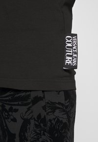 Versace Jeans Couture - LOGO SLIM - T-shirt con stampa - black - 5