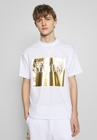 Versace Jeans Couture - FOIL LOGO WITHOUT THE 'BE BAROQUE' PATCH REGULAR FIT - T-shirt con stampa - white - 0