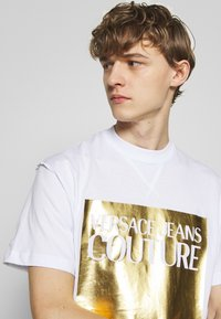 Versace Jeans Couture - FOIL LOGO WITHOUT THE 'BE BAROQUE' PATCH REGULAR FIT - T-shirt con stampa - white - 3