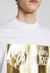Versace Jeans Couture - FOIL LOGO WITHOUT THE 'BE BAROQUE' PATCH REGULAR FIT - T-shirt con stampa - white - 5