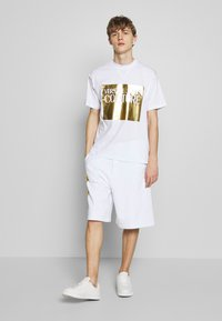 Versace Jeans Couture - FOIL LOGO WITHOUT THE 'BE BAROQUE' PATCH REGULAR FIT - T-shirt con stampa - white - 1