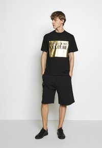 Versace Jeans Couture - FOIL LOGO WITHOUT THE 'BE BAROQUE' PATCH REGULAR FIT - T-shirt print - black - 1