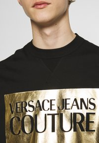 Versace Jeans Couture - FOIL LOGO WITHOUT THE 'BE BAROQUE' PATCH REGULAR FIT - T-shirt print - black - 5