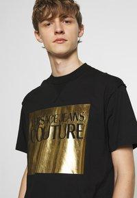 Versace Jeans Couture - FOIL LOGO WITHOUT THE 'BE BAROQUE' PATCH REGULAR FIT - T-shirt print - black - 3