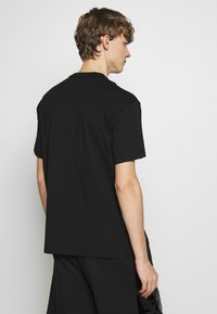 Versace Jeans Couture - FOIL LOGO WITHOUT THE 'BE BAROQUE' PATCH REGULAR FIT - T-shirt print - black - 2