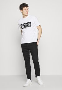 Versace Jeans Couture - BASIC LOGO REGULAR FIT - T-shirt print - white / black - 1