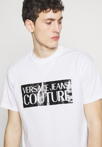Versace Jeans Couture - BASIC LOGO REGULAR FIT - T-Shirt print - white / black - 4