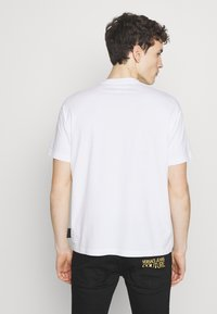 Versace Jeans Couture - BASIC LOGO REGULAR FIT - T-shirt print - white / black - 2