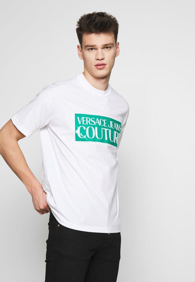 BASIC LOGO REGULAR FIT - Print T-shirt - white/aqua