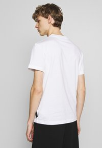 Versace Jeans Couture - BASIC LOGO - T-Shirt print - white - 2