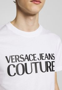 Versace Jeans Couture - BASIC LOGO - T-Shirt print - white - 5