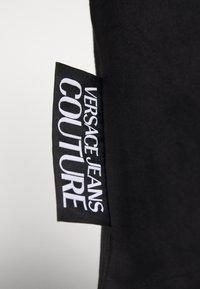 Versace Jeans Couture - LOGO TAPE - T-shirt imprimé - black - 6