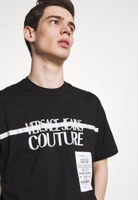 Versace Jeans Couture - LOGO TAPE - T-shirt imprimé - black - 3