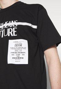 Versace Jeans Couture - LOGO TAPE - T-shirt imprimé - black - 4