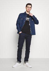 Versace Jeans Couture - LOGO TAPE - T-shirt imprimé - black - 1
