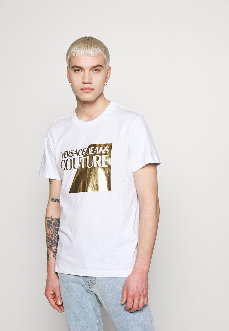 Versace Jeans Couture - FOIL LOGO - Triko spotiskem - white/gold