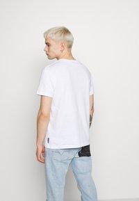 Versace Jeans Couture - FOIL LOGO - Triko spotiskem - white/gold - 2