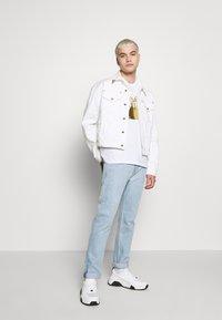 Versace Jeans Couture - FOIL LOGO - Triko spotiskem - white/gold - 1