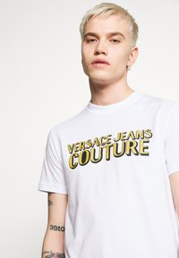 Versace Jeans Couture - LOGO - T-shirt con stampa - white - 5