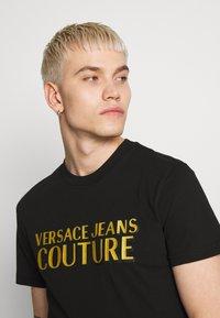 Versace Jeans Couture - LOGO - T-Shirt print - black - 4