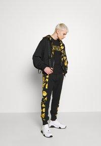 Versace Jeans Couture - LOGO - T-Shirt print - black - 1