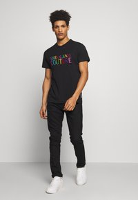 Versace Jeans Couture - COLOUR EMROIDERED LOGO - T-Shirt print - black - 1