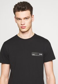 Versace Jeans Couture - LOGO PATCH - T-shirt imprimé - black - 4
