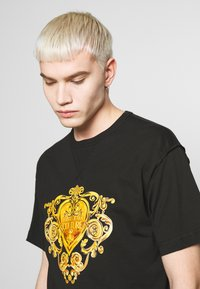 Versace Jeans Couture - T-shirt con stampa - black/gold - 4