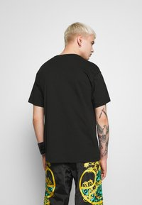 Versace Jeans Couture - T-shirt con stampa - black/gold - 2