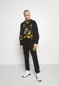 Versace Jeans Couture - ALLOVER PRINT GIOIELLI - T-shirt con stampa - black - 1