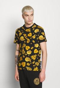 Versace Jeans Couture - ALLOVER PRINT GIOIELLI - T-shirt con stampa - black - 0