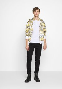 Versace Jeans Couture - BAROQUE COLLAR WITHOUT THE PATCH - Polo - white - 1
