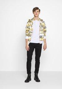 Versace Jeans Couture - BAROQUE COLLAR POLO - Polo - white - 1