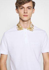 Versace Jeans Couture - BAROQUE COLLAR POLO - Polo - white - 3