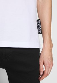 Versace Jeans Couture - BAROQUE COLLAR WITHOUT THE PATCH - Polo - white - 5