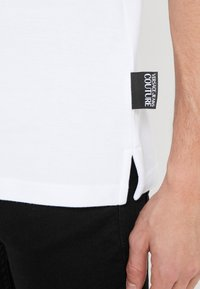 Versace Jeans Couture - LABEL POLO - Polo shirt - white - 5