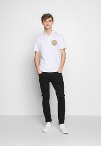 Versace Jeans Couture - EMBROIDERY - Polo - white - 1