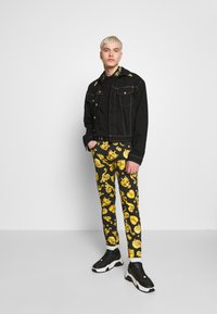 Versace Jeans Couture - BAROQUE COLLAR GOLD - Poloshirt - black - 1