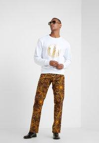 Versace Jeans Couture - FELPE UOMO - Collegepaita - bianco ottico - 1