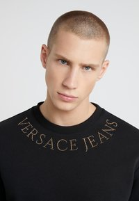 Versace Jeans Couture - EMBELLISHED - Collegepaita - nero - 4