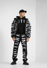 Versace Jeans Couture - HOODIE - Sweat à capuche - black - 1