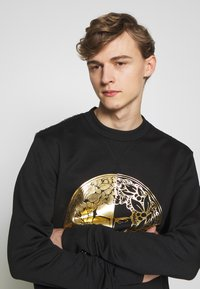 Versace Jeans Couture - CREW WITHOUT THE 'BE BAROQUE' PATCH - Sweat à capuche - black - 3